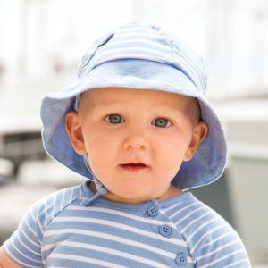 promener son bébé bon pour la santé chapeau de soleil
